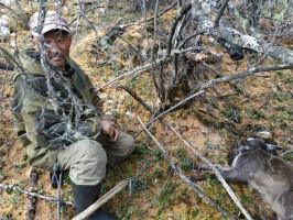 Задержанный браконьер возле погибшей в петле кабарги